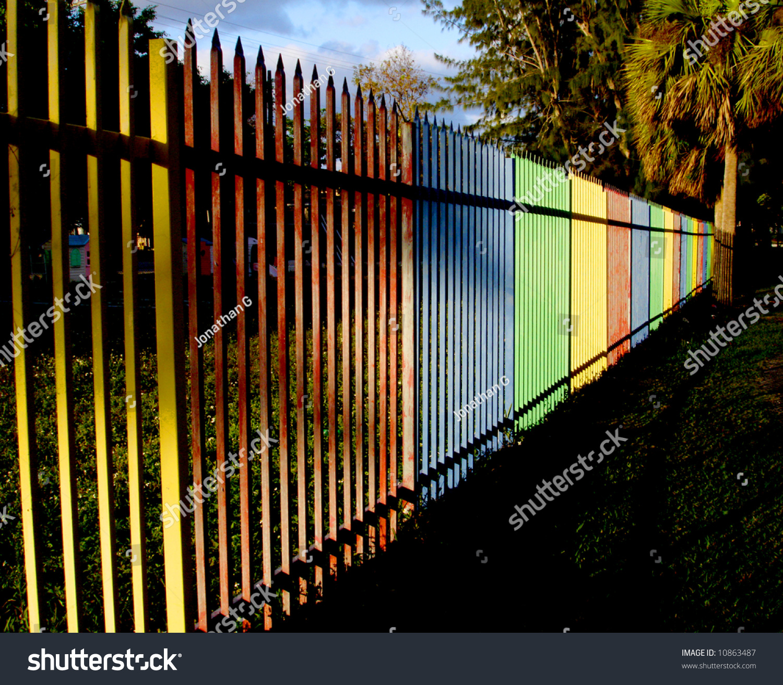 黄色红色蓝色绿色的操场围墙.-公园/户外,运动/娱乐