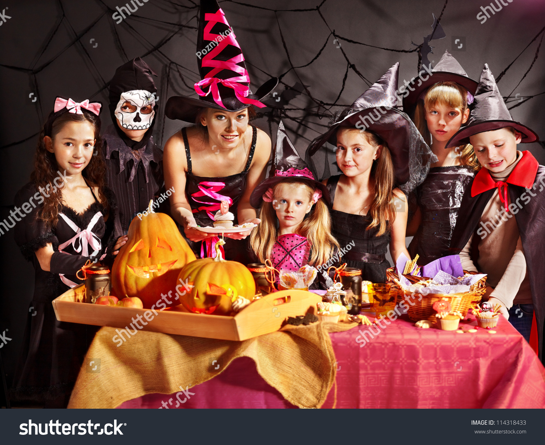 家庭与儿童做雕刻南瓜万圣节派对.-假期,人物-海洛()图片