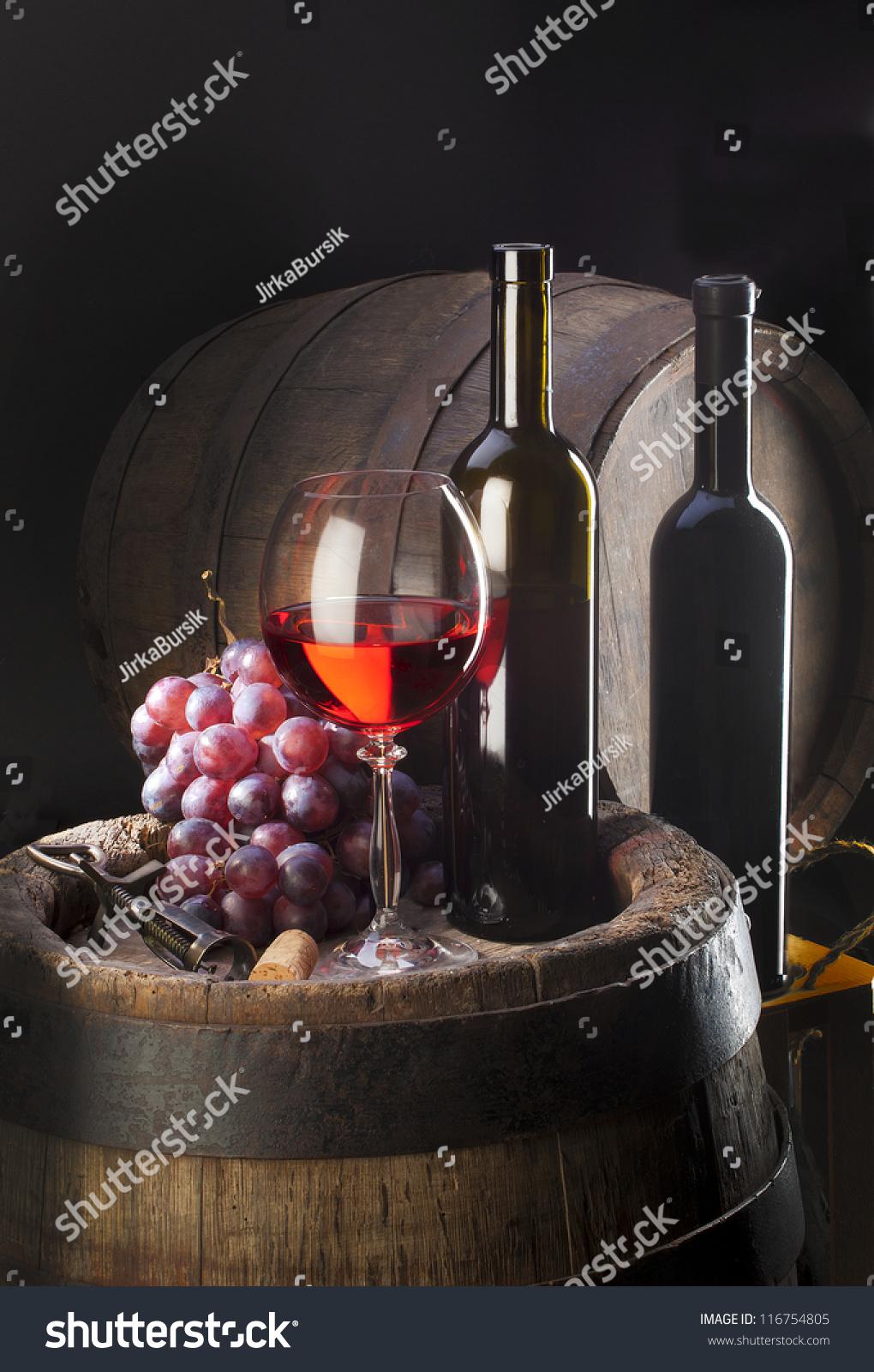 静物与红酒和旧木头桶和集群