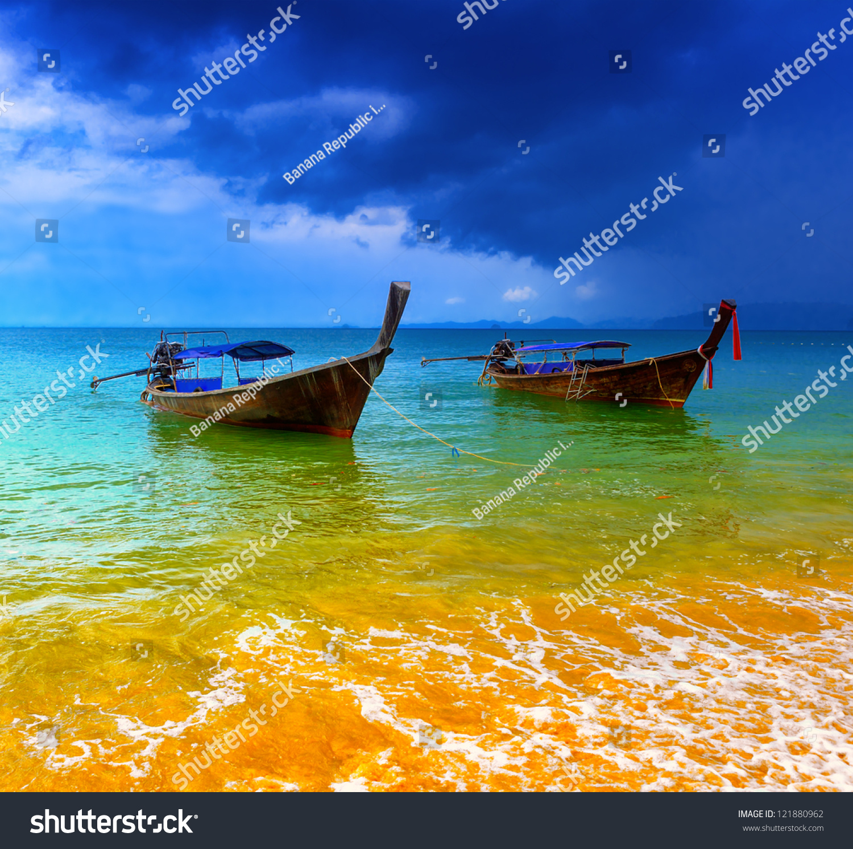 泰国海洋景观.异国情调的海滩视图和传统的船图片