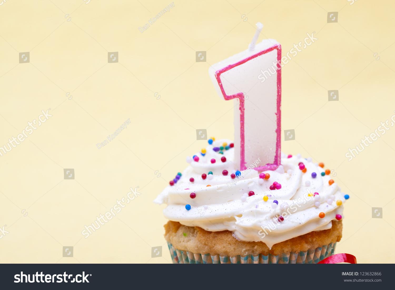 一歲的生日蛋糕和蠟燭孤立在簡單的背景.-食品及飲料