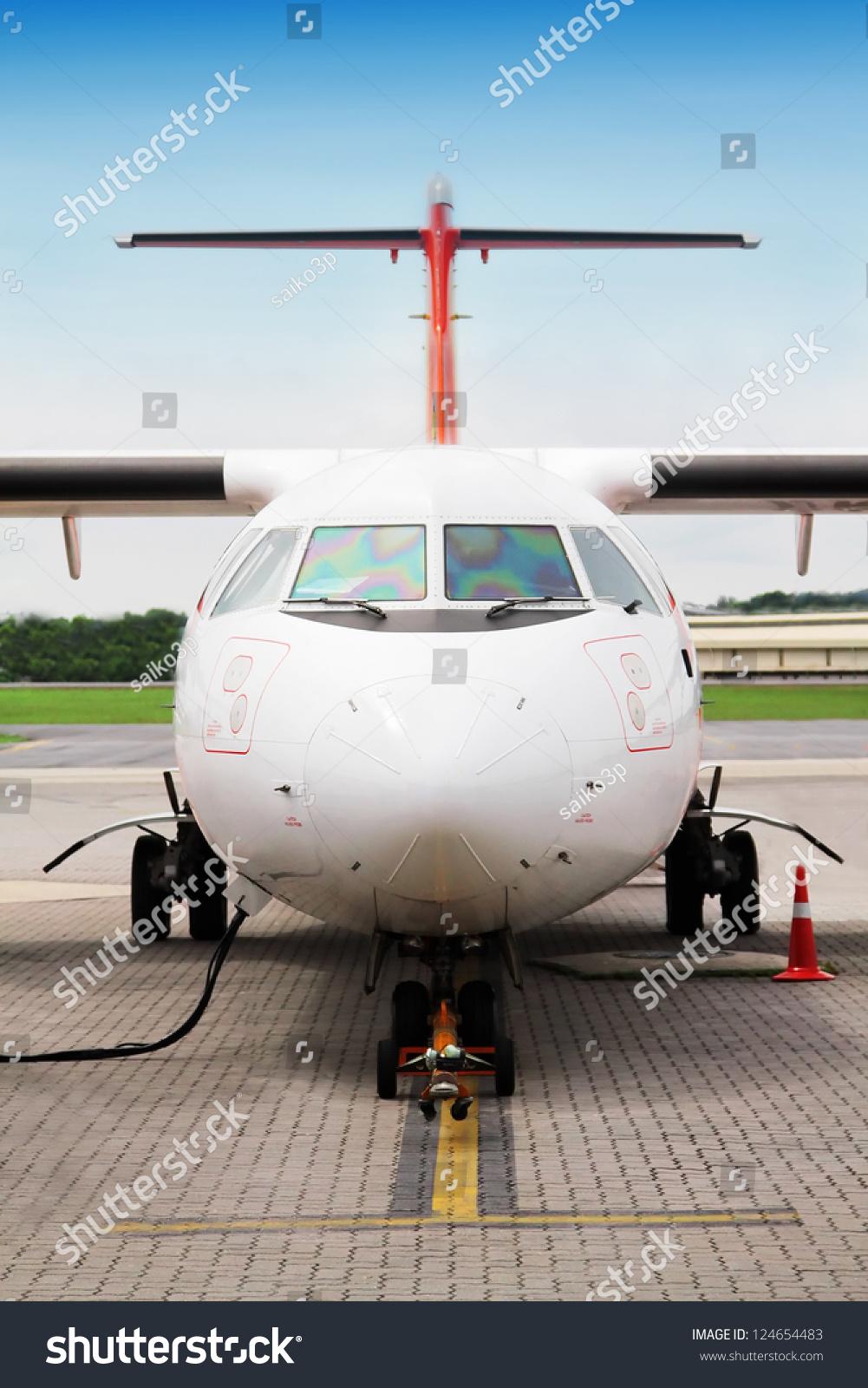 在机场加油飞机