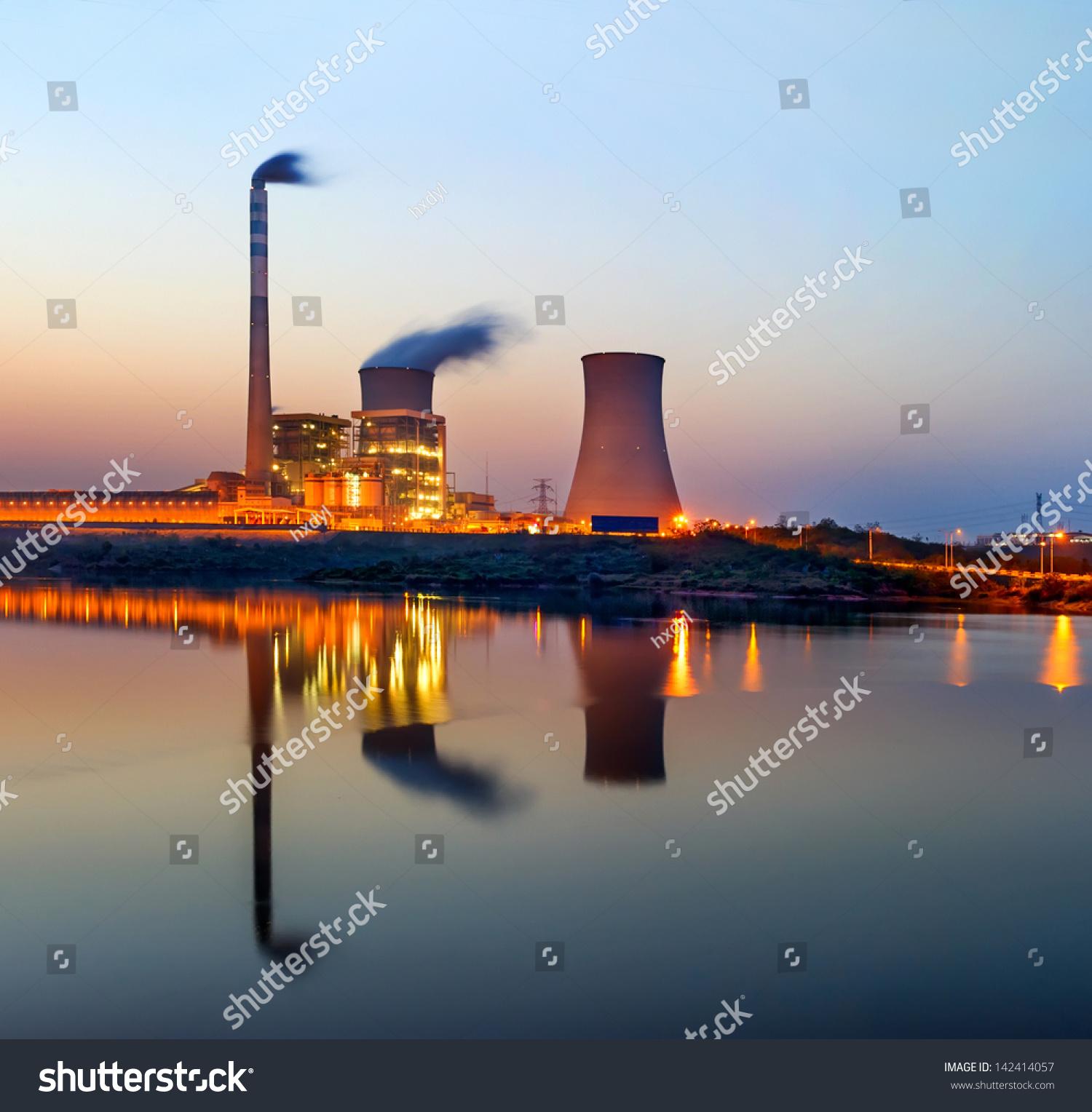 黄昏时分,火力发电厂