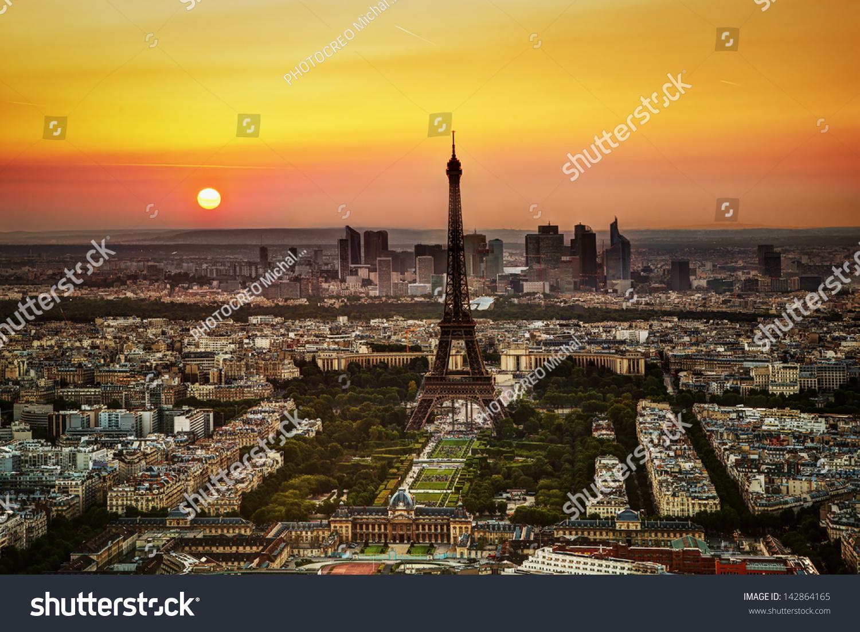 鸟瞰图埃菲尔铁塔和马尔斯广场