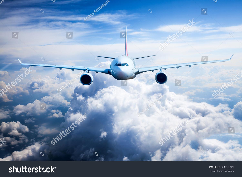 民航飞机飞行在云层中-交通运输
