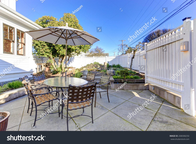 后院露台面积与桌子,椅子和伞