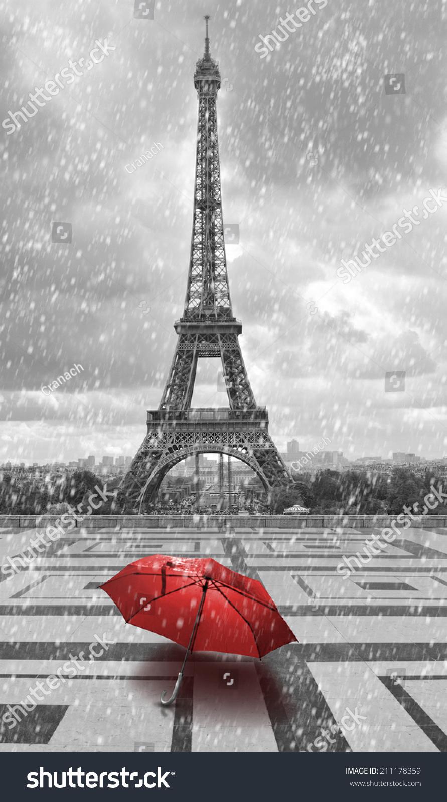 埃菲尔铁塔和红色的雨伞在雨中.黑白照片红色元素.