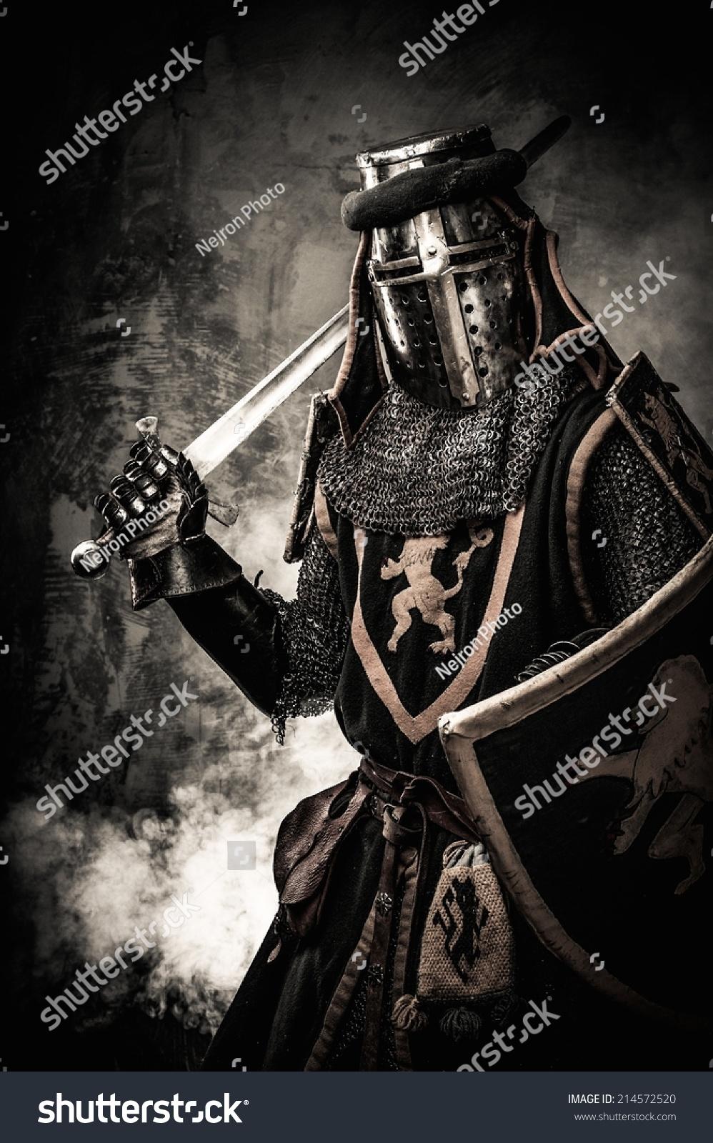 中世纪的骑士有刀剑临到石墙图片