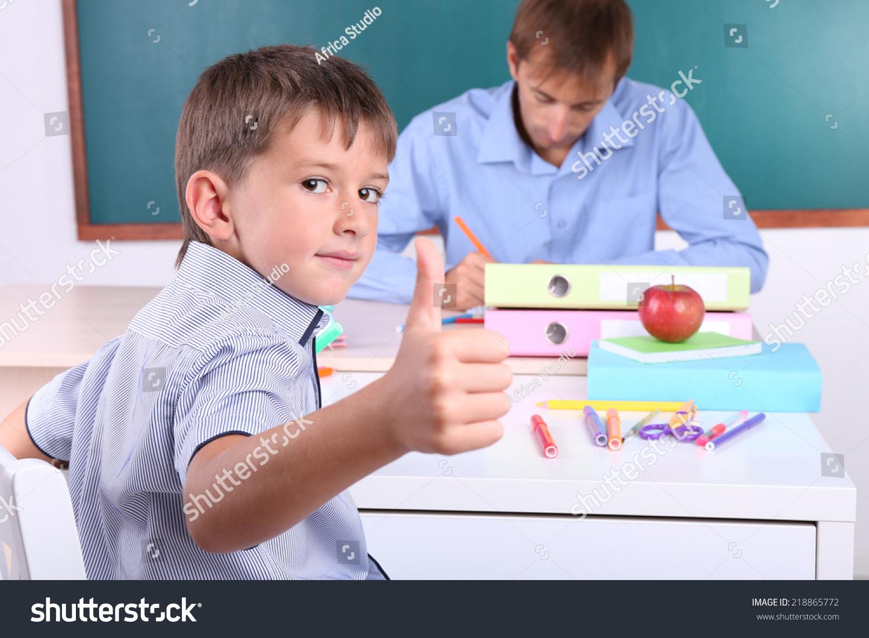 学生和老师坐在教室黑板背景