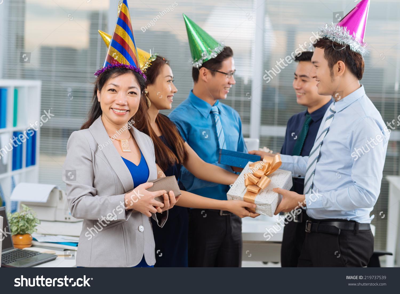 越南的同事交换礼物在办公室聚会