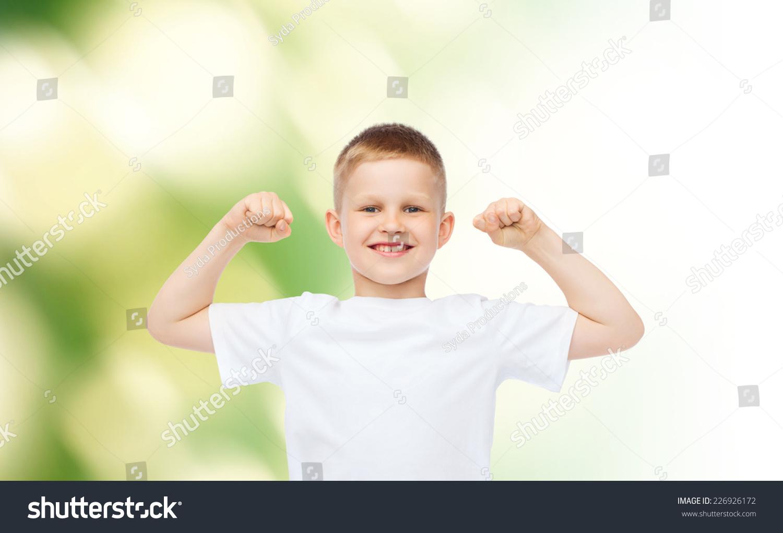 小男孩在白色空白