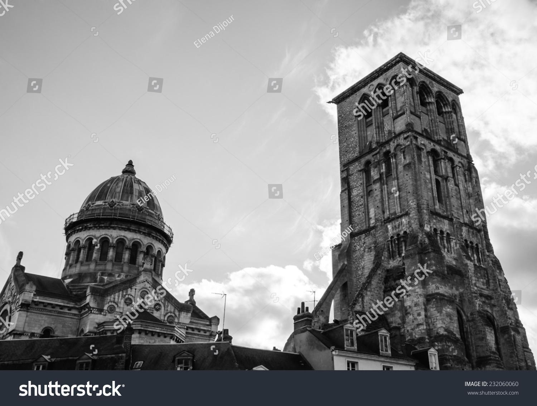 圣马丁教堂和查理曼大帝塔(剩下的巨大的中世纪早期教堂)在旧的中心城图片