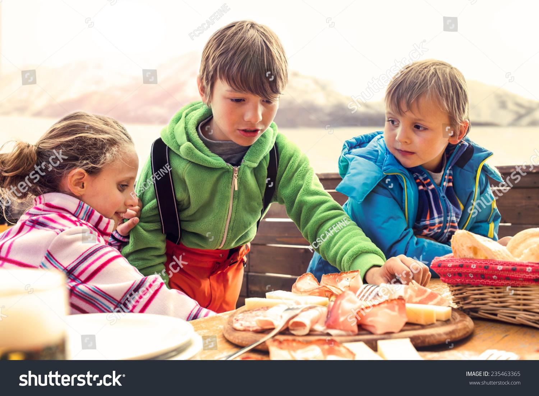 儿子吃午餐在山上的小木屋