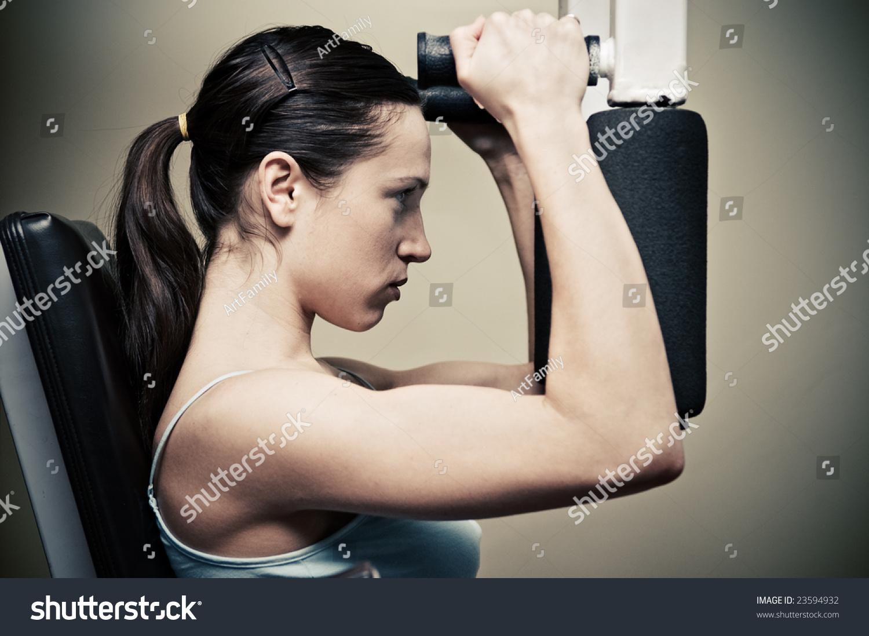 漂亮的女人在健身房锻炼