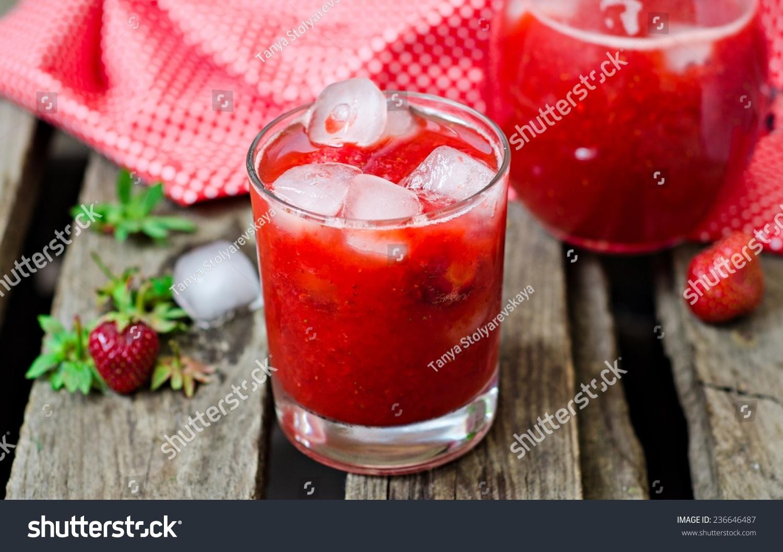 草莓柠檬水在玻璃与冰木制背景
