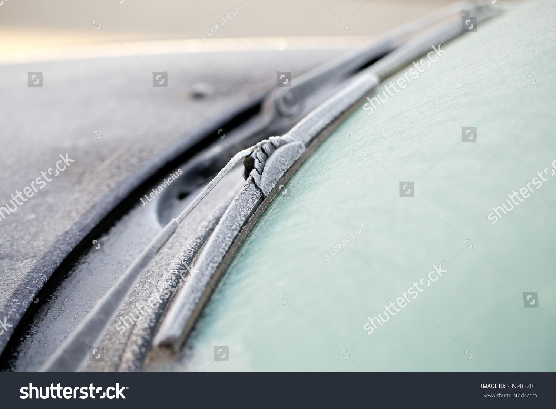 冬季汽车挡风玻璃雨刷.交通,冬天,天气和车辆的概念