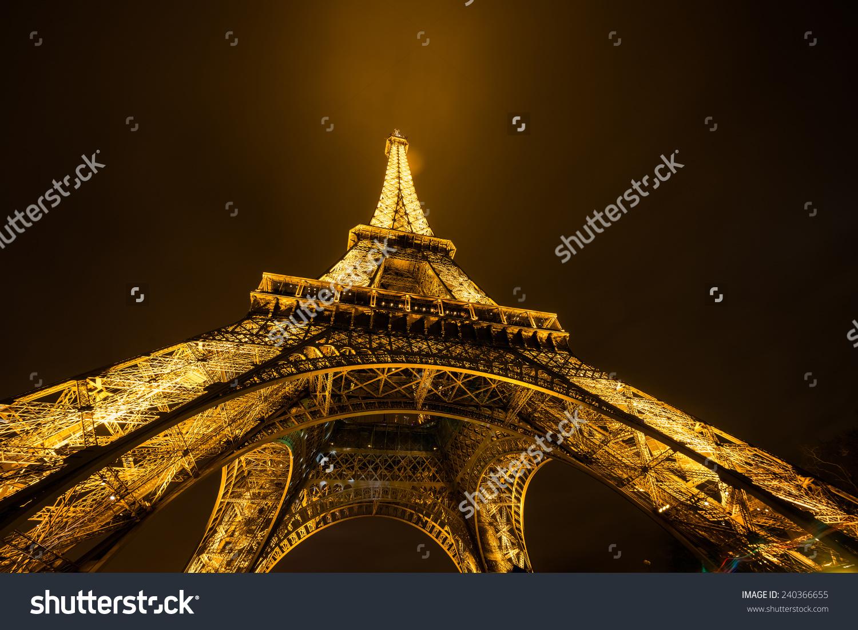 12月22日:巴黎埃菲尔铁塔明亮的黄昏12月22日,2014.