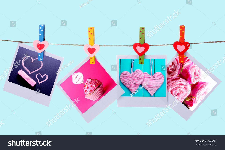 照片卡挂在蓝色背景上的晾衣绳上,情人节的概念-假期