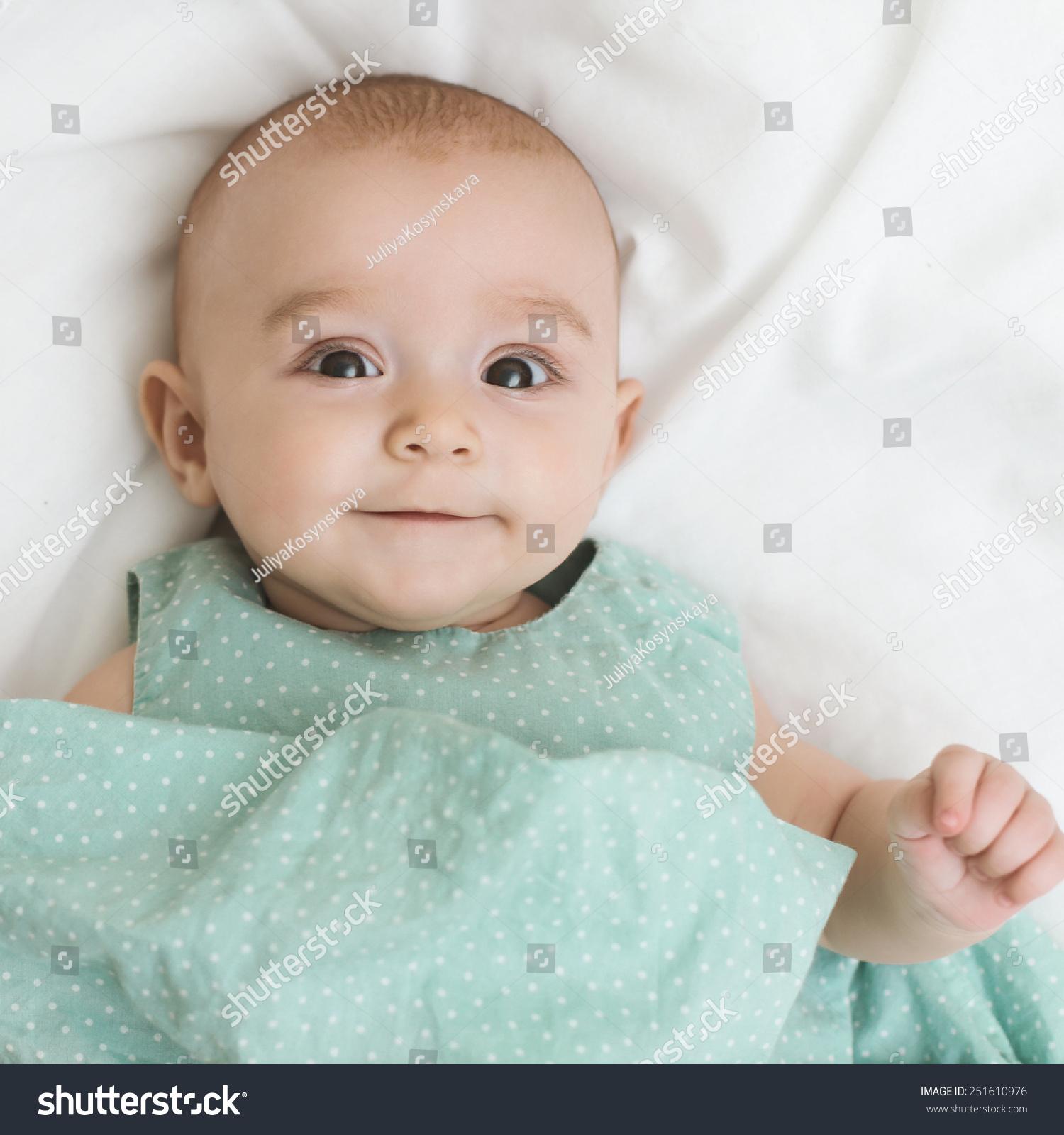 可爱的小女孩笑着,爬-人物-海洛创意(hellorf)-中国