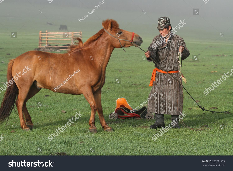 BAT-ULZII、蒙古、2013年7月15日:骑手骑之前准备好他的马在草原。蒙古人口游牧生活的一半。 - 人物,公园/户外 - 站酷海洛创意正版图片,视频,音乐素材交易平台 - Shutterstock中国独家合作伙伴 - 站酷旗下品牌