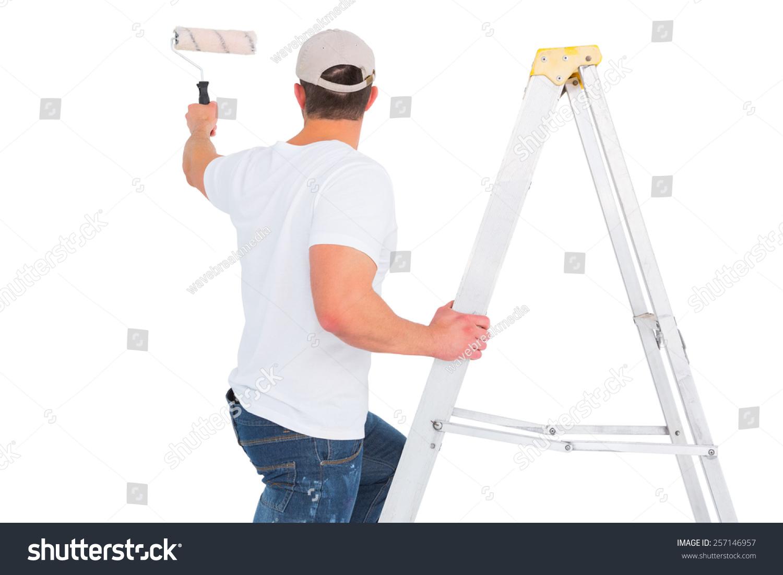 杂工爬梯子在使用油漆辊在白色背景上-物体,人物-海洛
