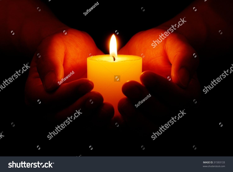 在黑暗中,心形手中拿着黄色的蜡烛-背景/素材,抽象-()