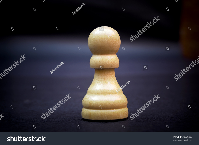 典当,木制国际象棋棋子在黑暗的背景.图片