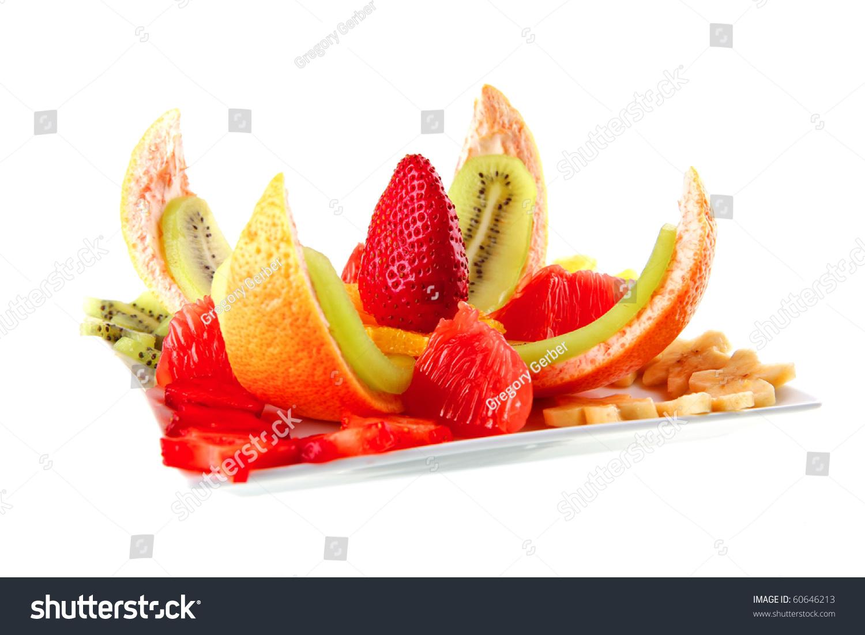 生的水果在盘子上白色背景