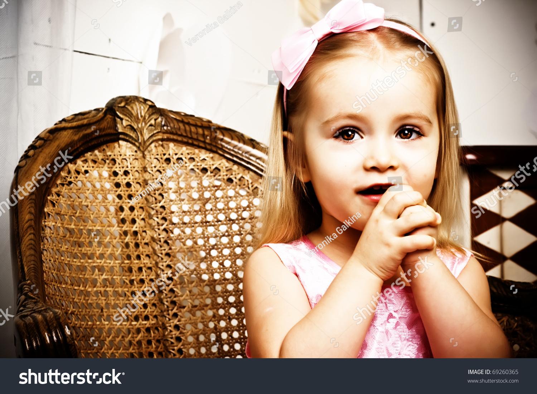 漂亮的小女孩在复古风格的肖像-美容/时装服饰,人物