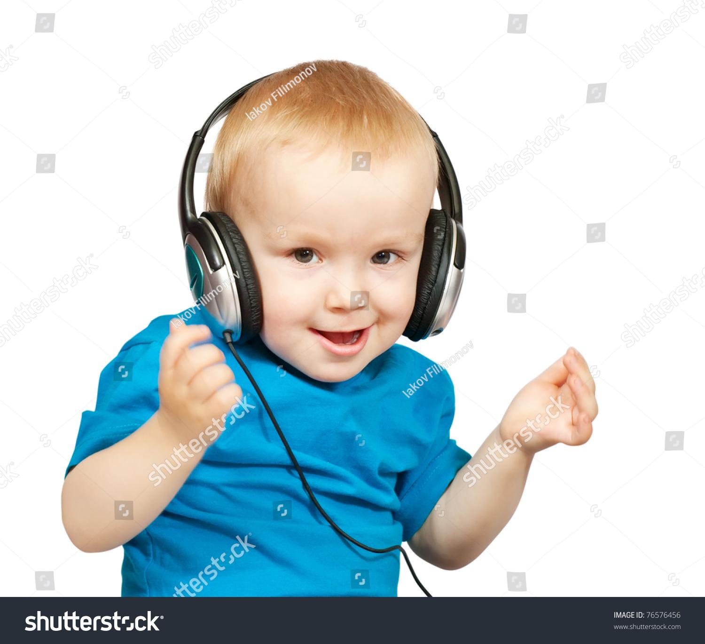 小男孩与耳机在白色背景