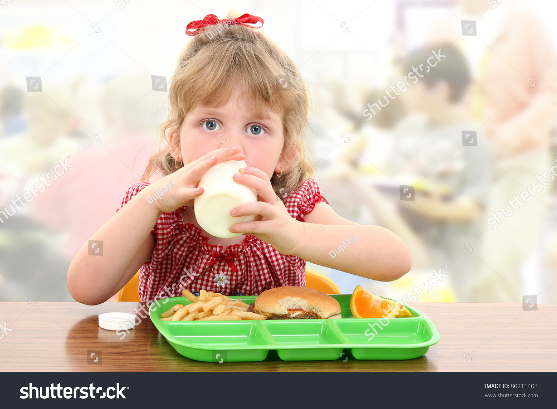 小学生在餐桌上吃自助餐厅午餐.-食品及饮料,人物-()
